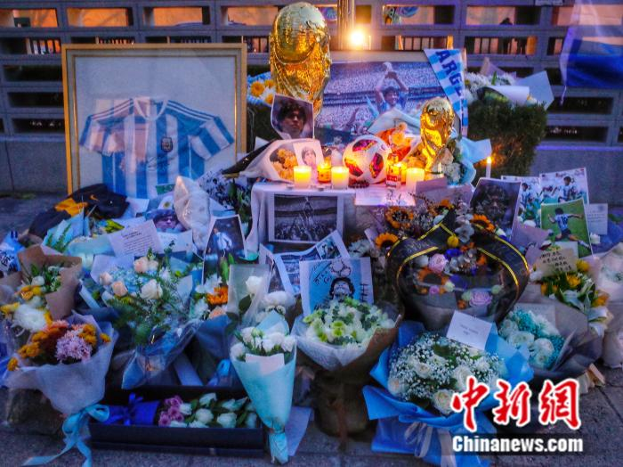 What Chinese Maradona fans did in Beijing during cold weather.